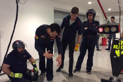 Max Verstappen, Toro Rosso, con i meccanici