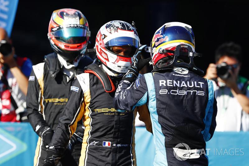 Sébastien Buemi, Renault e.Dams, discute con Stéphane Sarrazin, Techeetah, en Parc Ferme