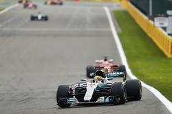 Lewis Hamilton, Mercedes AMG F1 W08, Sebastian Vettel, Ferrari SF70