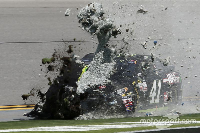 6. Kurt Busch, Stewart-Haas Racing Ford in trouble