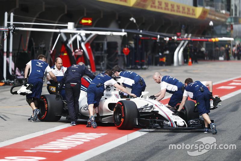 Felipe Massa, Williams FW40, wird in die Box geschoben