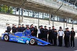 Scott Dixon, Chip Ganassi Racing Honda poses for front row photos with his team