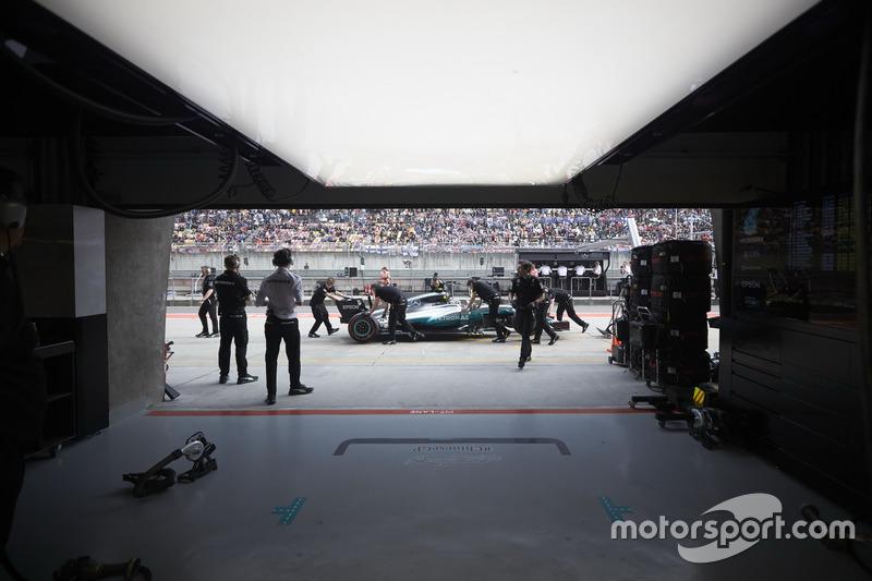 Valtteri Bottas, Mercedes AMG F1 W08, wird in die Box geschoben