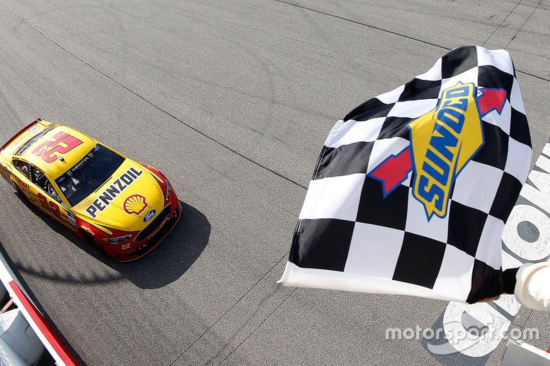 8. Joey Logano, Team Penske Ford se lleva la bandera a cuadros