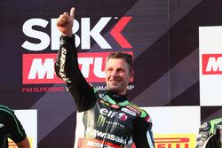 Jonathan Rea, Kawasaki Racing, fête sa victoire sur le podium