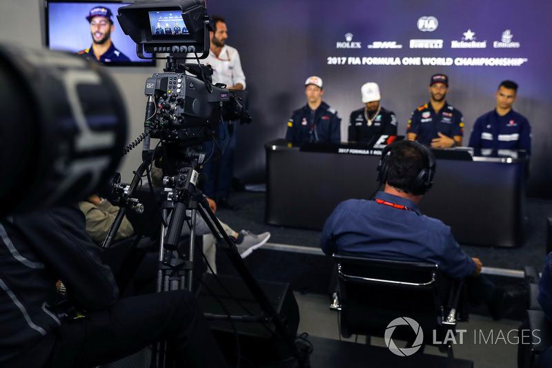 Matteo Bonciani, FIA Media Delegate, Daniil Kvyat, Scuderia Toro Rosso, Lewis Hamilton, Mercedes AMG F1, Daniel Ricciardo, Red Bull Racing and Pascal Wehrlein, Sauber  in the Press Conference