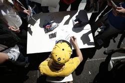 Nico Hulkenberg, Renault Sport F1 Team firma autógrafos para los fans
