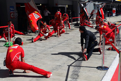 Mecánicos de Ferrari en el pitlane