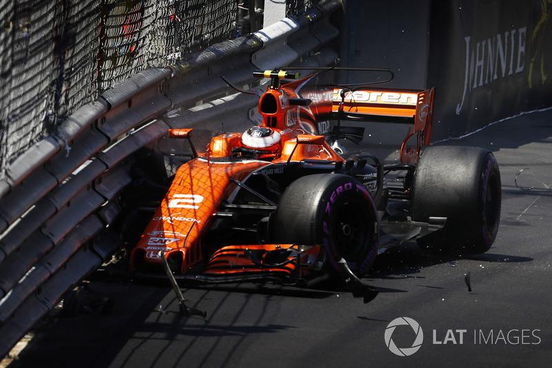 Stoffel Vandoorne, McLaren MCL32, hits the wall