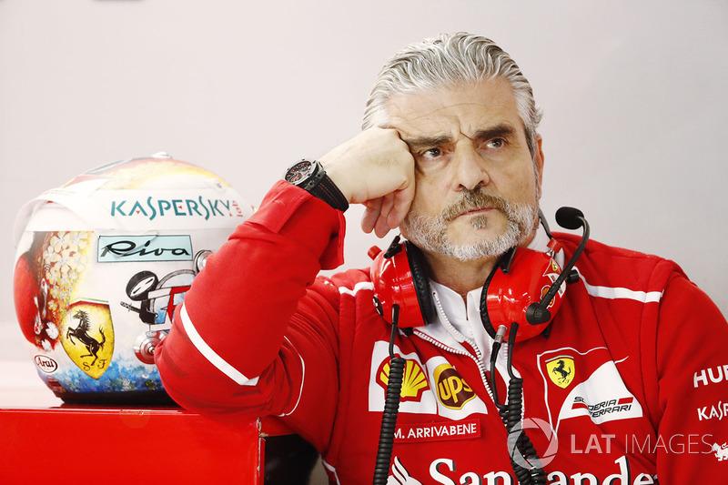 Maurizio Arrivabene, Team Principal, Ferrari con el casco de Sebastian Vettel