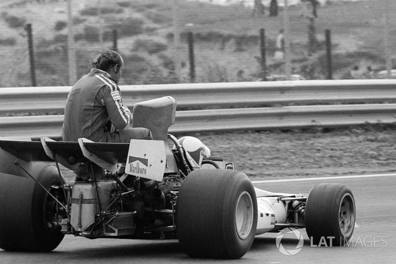 Zandvoort 1973: Mike Hailwood (Surtees) menumpang Clay Regazzoni (BRM)