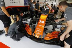 Команда McLaren работает с автомобилем MCL32 Фернандо Алонсо