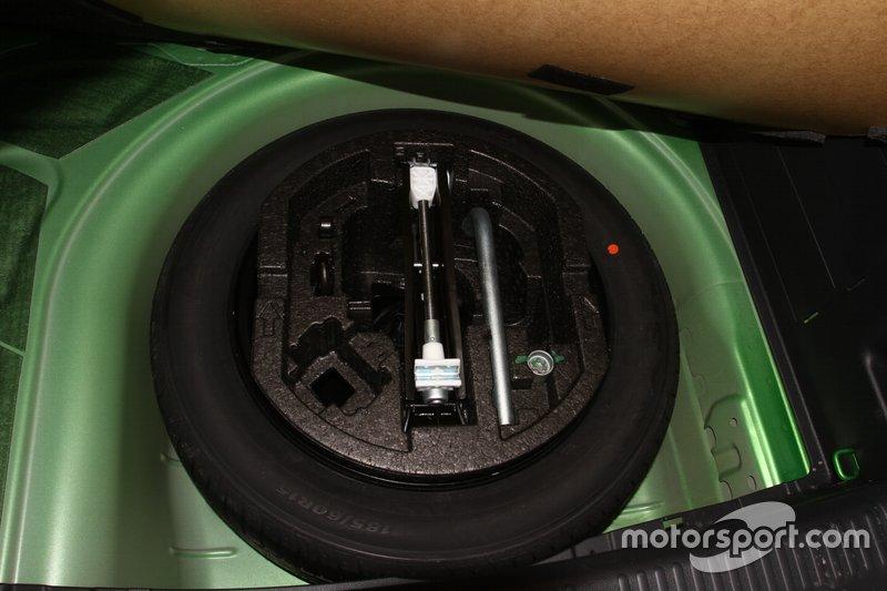 """Тестова Fabia з повнорозмірним запасним колесом, у покупця є можливість обрати авто з """"докаткою""""."""