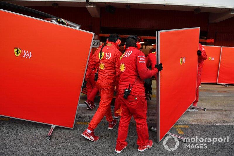Meccanici Ferrari con dei paravento