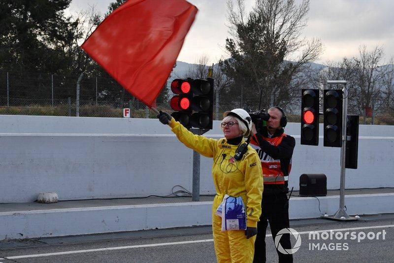 Un comisario con bandera roja