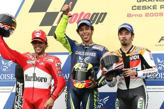 Podium : le vainqueur Valentino Rossi, Yamaha, le deuxième Loris Capirossi, Ducati, le troisième Max Biaggi, Honda