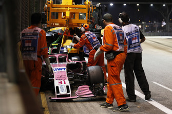 Marshals recover the car of Esteban Ocon, Racing Point Force India VJM11, after a crash on the first lap