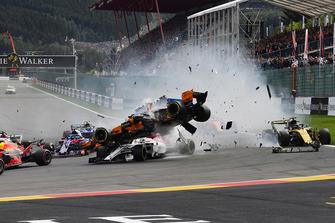 L'incidente di Fernando Alonso, McLaren MCL33, alla partenza