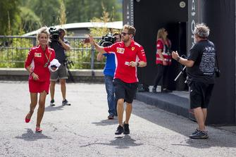 Sebastian Vettel, Ferrari e Britta Roeske, corrono nel Paddock