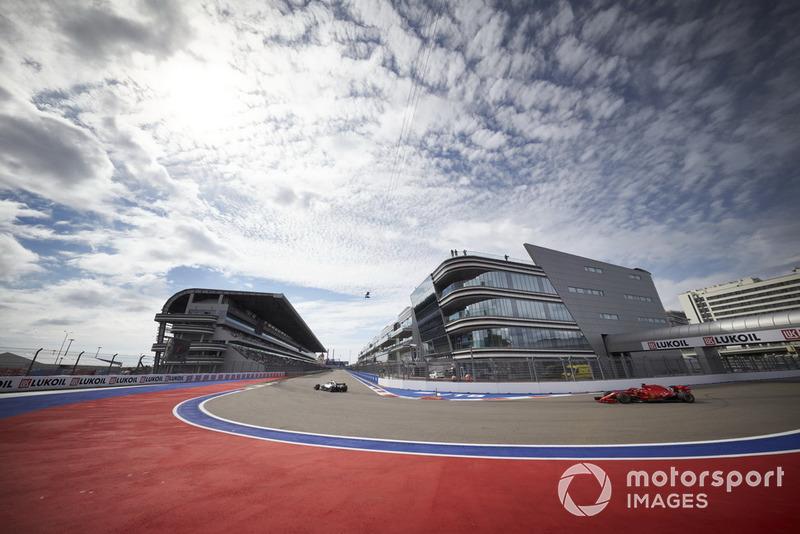 Lewis Hamilton, Mercedes AMG F1 W09, devant Sebastian Vettel, Ferrari SF71H