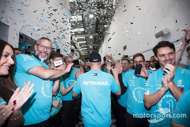 Valtteri Bottas et le personnel de Mercedes