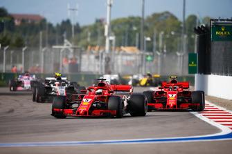 Себастьян Феттель, Кімі Райкконен, Ferrari SF71H, Кевін Магнуссен, Haas F1 Team VF-18