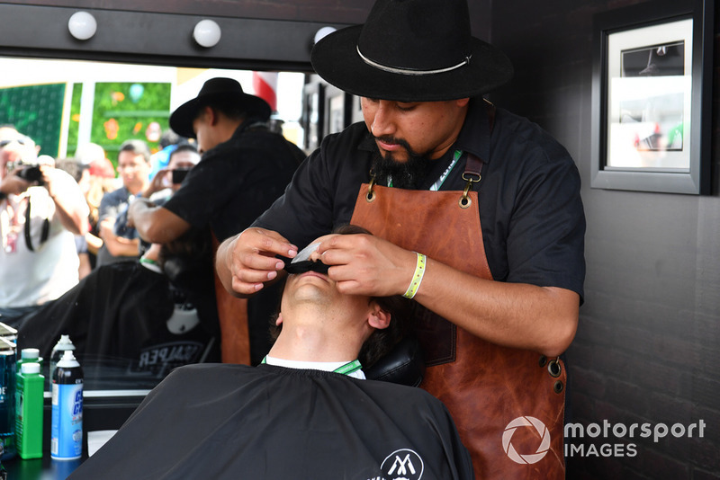 Esteban Gutierrez al Movember Barbers shop