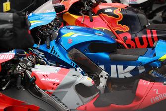 MotoGP-Bikes im Parc Ferme