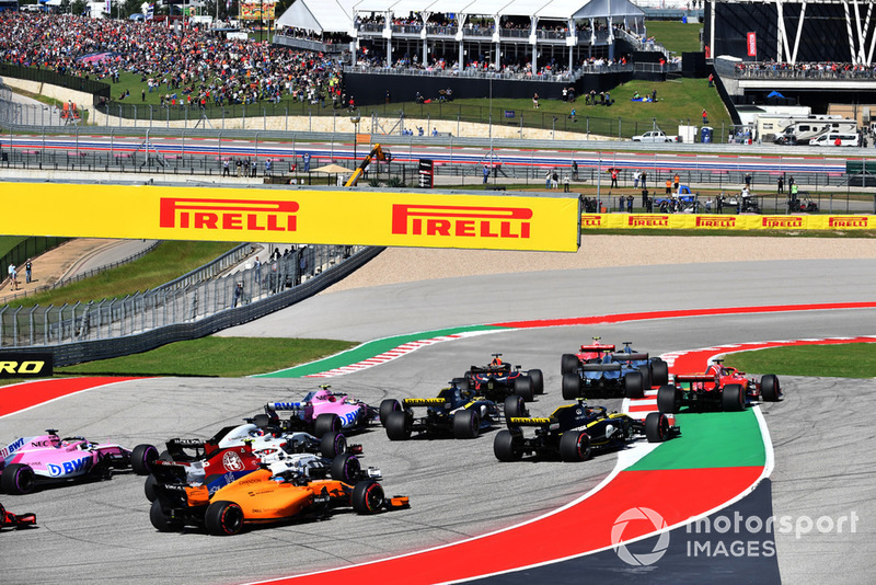 Kimi Raikkonen, Ferrari SF71H, Lewis Hamilton, Mercedes-AMG F1 W09 y Sebastian Vettel, Ferrari SF71H se va largo