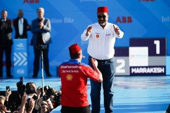 Dilbagh Gill, CEO, Team Principal, Mahindra Racing, festeggia sul podio