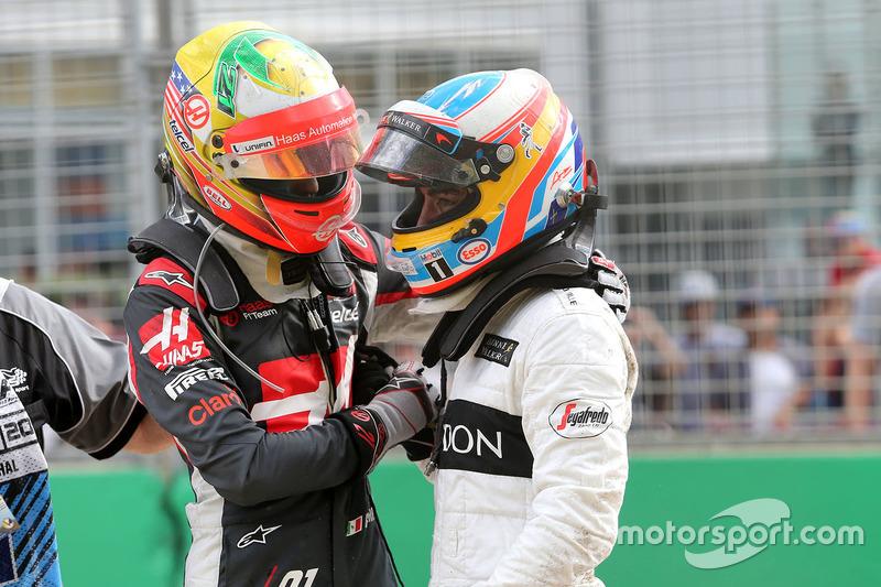 Esteban Gutierrez, Haas F1 Team und Fernando Alonso, McLaren