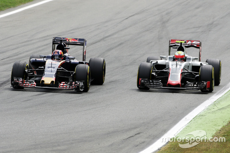 Daniil Kvyat, Scuderia Toro Rosso STR11 and Esteban Gutierrez, Haas F1 Team VF-16 battle for position