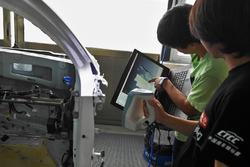 何景明与栾帅奇通过3D扫瞄仪了解原车结构钢度