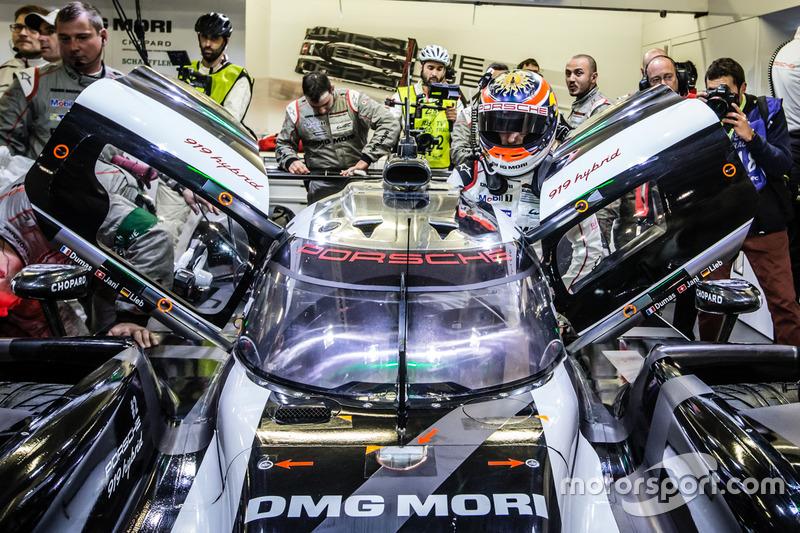 Володарі поул-позішн #2 Porsche Team Porsche 919 Hybrid: Ромен Дюма, Ніл Яні, Марк Ліб, повертаються в бокси