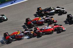 Daniil Kvyat, Red Bull Racing RB12 choaca a Sebastian Vettel, Ferrari SF16-H al inicio de la carrera