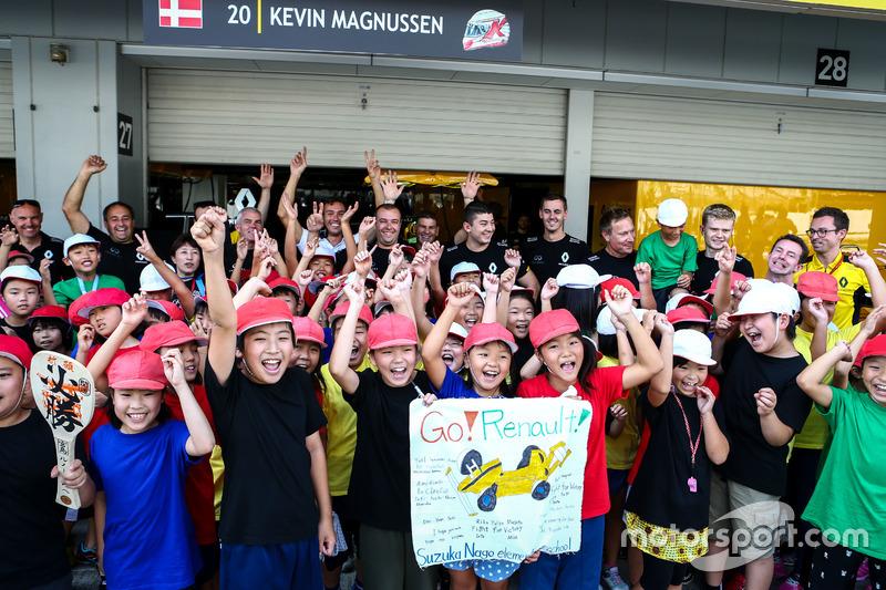 Jóvenes aficionados con el equipo Renault Sport F1
