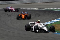 Charles Leclerc, Sauber C37, Fernando Alonso, McLaren MCL33 en Esteban Ocon, Force India VJM11