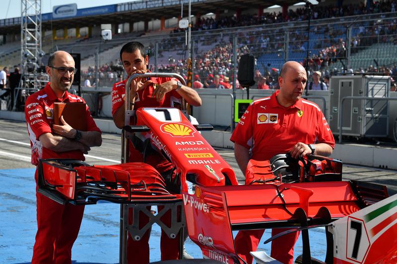 Mecánicos con un alerón delantero y morro del Ferrari SF71H