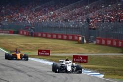 Charles Leclerc, Sauber C37, delante de Fernando Alonso, McLaren MCL33