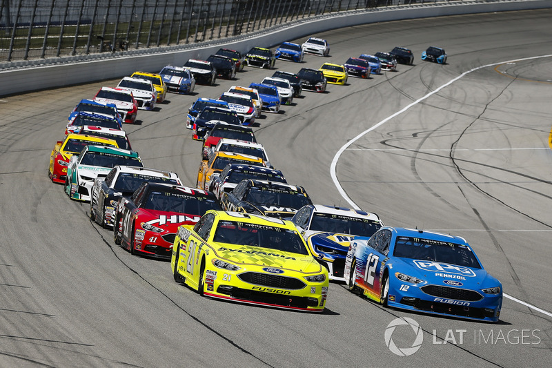 Paul Menard, Wood Brothers Racing, Ford Fusion Menards / Sylvania and Ryan Blaney, Team Penske, Ford Fusion PPG lead the field to the green flag