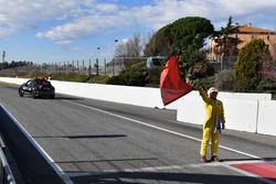 Un commissaire agite le drapeau rouge