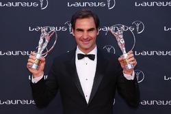Roger Federer con su trofeo Laureus al regreso del año 2018