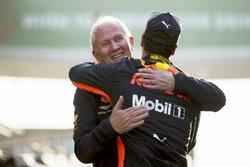 Helmut Markko, Consulente, Red Bull Racing, si congratula con il vincitore Daniel Ricciardo, Red Bull Racing