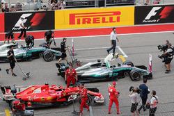 Le poleman Lewis Hamilton, Mercedes-Benz F1 W08 dans le parc fermé avec Sebastian Vettel, Ferrari SF70H et Valtteri Bottas, Mercedes-Benz F1 W08