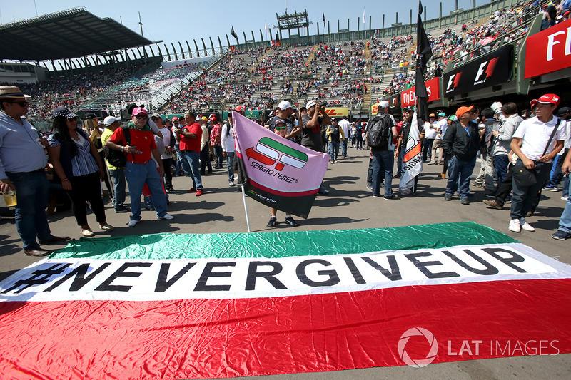 Fans con el 'Never Give Up' para Sergio Pérez, Sahara Force India