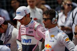 Esteban Ocon, Force India, e Daniel Ricciardo, Red Bull Racing, osservano l'inno nazionale