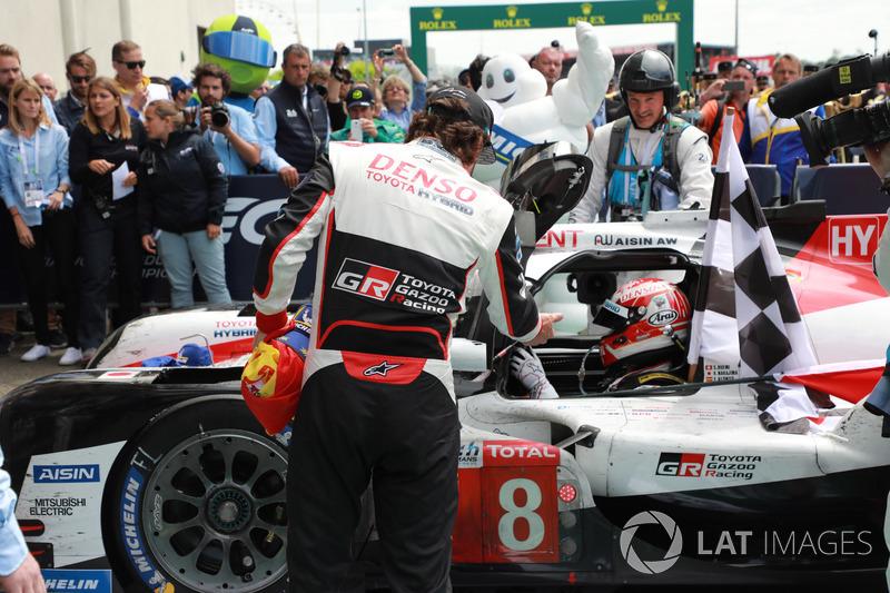 Los ganadores de las 24 Horas de Le Mans 2018 #8 Toyota Gazoo Racing Toyota TS050: Kazuki Nakajima, Fernando Alonso