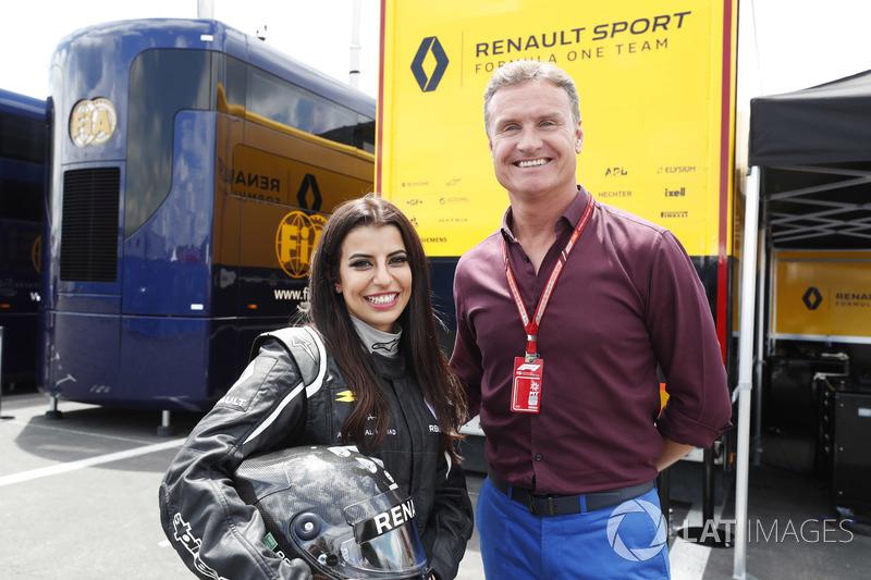 Aseel Al-Hamad, miembra de la federación automovilística de Arabia Saudi y representante FIA de Arabia Saudi en la Comisión de Mujeres en el Motorsport, con David Coulthard