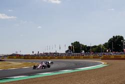 Sergio Perez, Force India VJM11, lidera aMarcus Ericsson, Sauber C37