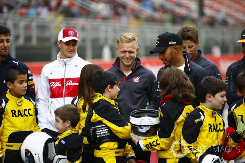 Los jóvenes pilotos de kart apoyados por el RACC, el club automovilístico más grande de España, posan con Daniel Ricciardo, Red Bull Racing, Marcus Ericsson, Sauber, Kevin Magnussen, Haas F1 Team, Lewis Hamilton, Mercedes AMG F1, Romain Grosjean, Haas F1 Team y Stoffel Vandoorne. , McLaren